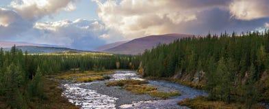 El río del bosque de la montaña de las estaciones de verano del otoño se nubla la naturaleza salvaje del panorama largo de las ba Fotos de archivo