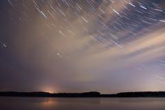 El río del cielo de las nubes de estrellas sigue el bosque Fotografía de archivo