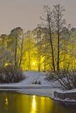 El río del invierno en el fondo de la ciudad de la noche se enciende Foto de archivo libre de regalías