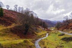 El río del otoño en las montañas Fotos de archivo libres de regalías