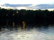 El río del verano de la naturaleza y la fila de árboles en la orilla ven directamente Imagen de archivo