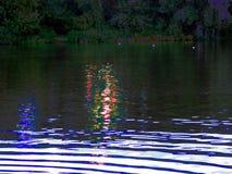 El río del verano de la naturaleza y la fila de árboles en la orilla ven directamente Foto de archivo libre de regalías
