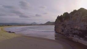El río desemboca en bahía almacen de metraje de vídeo