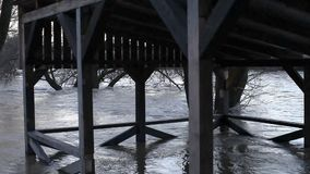El río después de que las duchas salieran de las orillas almacen de video