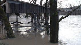 El río después de que las duchas salieran de las orillas almacen de metraje de vídeo
