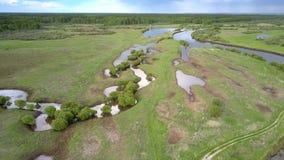 El río emocionante y los pequeños lagos riegan refleja las nubes azules almacen de metraje de vídeo