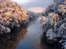 El río en el invierno foto de archivo