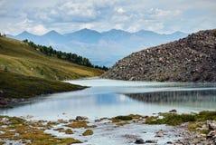 El río en las montañas Altai Rusia Foto de archivo libre de regalías