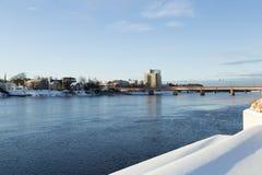 El río en UmeÃ¥, Suecia imagen de archivo