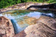 El río entre piedras reflejó las plantas del cielo en parque Foto de archivo libre de regalías