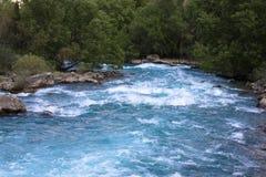 El río epónimo sale a raudales fuera del lago Iskander Imagen de archivo libre de regalías