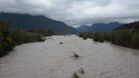 El río espesó por el fango del mún tiempo y de la lluvia almacen de metraje de vídeo