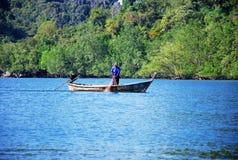 El río extenso con los barcos de madera está navegando Foto de archivo