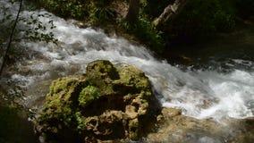 El río fluye alrededor de una roca metrajes