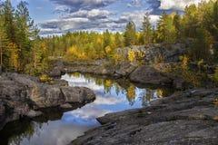El río fluye entre las rocas y el bosque del taiga Fotos de archivo libres de regalías