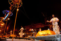 El río Ganges Puja Ceremony, Varanasi la India Foto de archivo