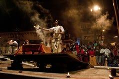 El río Ganges Puja Ceremony, Varanasi la India Fotos de archivo