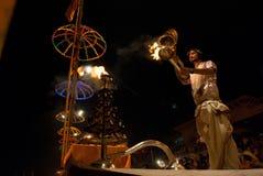 El río Ganges Puja Ceremony, Varanasi la India Imágenes de archivo libres de regalías