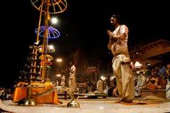 El río Ganges Puja Ceremony, Varanasi la India Imagenes de archivo