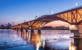 El río Han con el puente de Seongsan en la noche en Seul, Corea/Seongsan Fotos de archivo libres de regalías