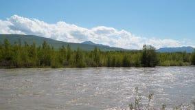 El río Kura en el fondo de las montañas almacen de video