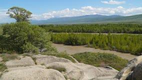 El río Kura y el valle en el fondo de las montañas almacen de video