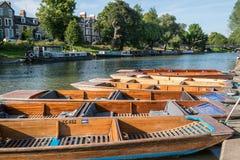 El río lleva en batea los barcos y los pubs Fotos de archivo libres de regalías