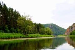 El río más pintoresco AI Bashkiria ural foto de archivo