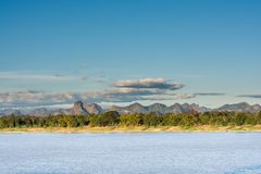 El río Mekong y fondo bluesky, Nakhon Phanom, Tailandia fotografía de archivo