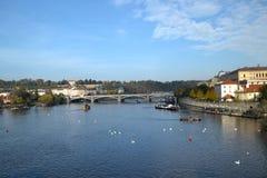 El río Moldava en Praga Foto de archivo
