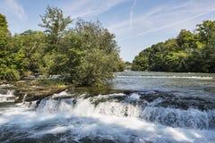 El río Niágara que acomete hacia el Niagara Falls famoso Foto de archivo