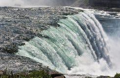 El río Niágara que se estrella sobre el Niagara Falls famoso Foto de archivo libre de regalías