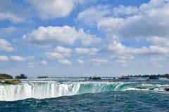 El río Niágara se convierte en Niagara Falls debajo de un cielo en parte nublado hermoso Imágenes de archivo libres de regalías