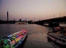 El río Nilo con los barcos en El Cairo Egipto Imagen de archivo