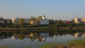 El río occidental de Dvina y la catedral vieja de la epifanía Polotsk, Bielorrusia almacen de metraje de vídeo