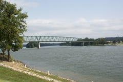 El río Ohio con el puente foto de archivo libre de regalías