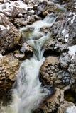 El río oscila en la corriente lisa del satén de la cascada en invierno Fotografía de archivo libre de regalías