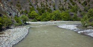 El río pasa a través de la montaña fotos fotografía de archivo