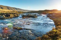 El río rápido de la montaña en el amanecer Imagen de archivo