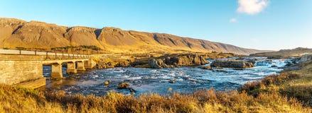 El río rápido de la montaña en el amanecer Fotos de archivo libres de regalías