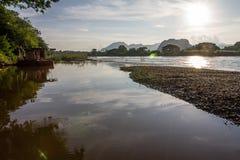 El río refleja el cielo como fondo Foto de archivo libre de regalías