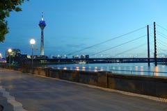 El río Rhine en Düsseldorf, Alemania Imagenes de archivo