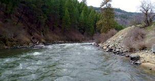 El río salvaje de Idaho con un puente diseña para los trenes metrajes