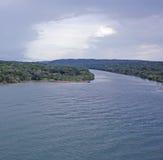 El río se ejecuta en el Océano Pacífico Fotos de archivo