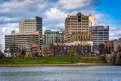 El río Susquehanna y los edificios en centro de la ciudad, en Harrisburg, imagen de archivo libre de regalías