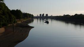 El río Támesis en la oscuridad, Londres, Reino Unido metrajes