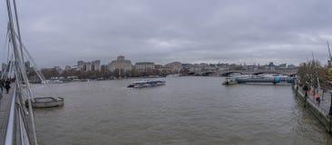 El río Támesis en Londres central fotos de archivo