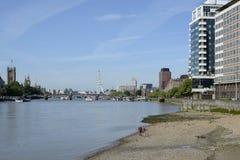 El río Támesis en Vauxhall, Londres, Inglaterra Foto de archivo