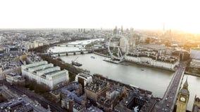 El río Támesis pasa a través del centro del distrito turístico de Londres Foto de archivo libre de regalías