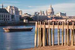 El río Támesis y St Paul Cathedral London Imágenes de archivo libres de regalías